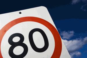 Un panneau de vitesse limitée