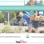 enfants avec cartables sur le bord de la route